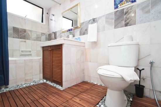 Century Bay Private Residence: Toilet