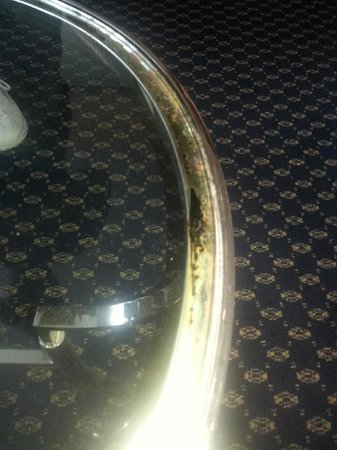 Atlanta Marriott Peachtree Corners: Molded table & Out of date