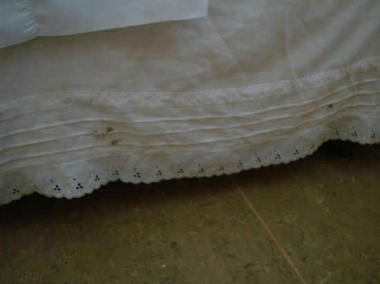 Taha Tai Hotel: Dirty bed skirt