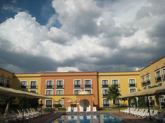 Fiesta Inn Queretaro: Cielo y edificio