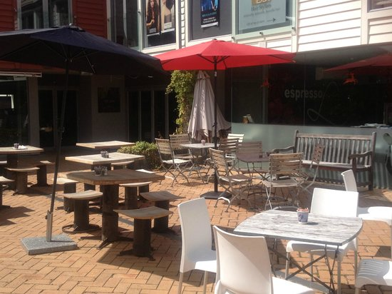 Espresso Love Cafe: Sunny courtyard