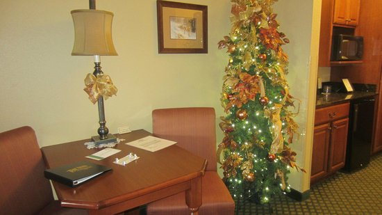 The Inn at Christmas Place: In room dining area,notice the fridge- it worked well,our lemonade we left in there froze.