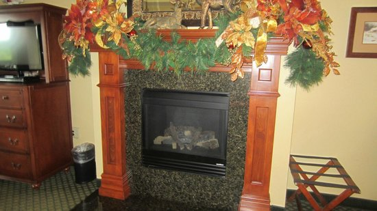 The Inn at Christmas Place: Fireplace doesn't offer much in the way of 'heating',more ambiance than anything,but still nice.