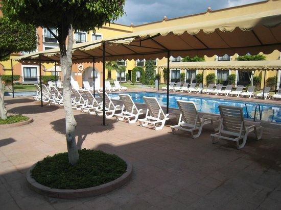 Fiesta Inn Queretaro: Descanso junto a la alberca