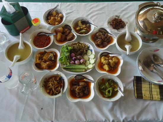 Mar Lar Theingi Buffet Restaurant : 4 main dishes and other vegetable side dishes.It's 3500.ks per pax.It have good taste&decilious.