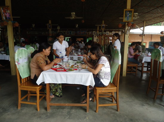 Mar Lar Theingi Buffet Restaurant : Good Service&friendly the staff.Atmosphere is good.