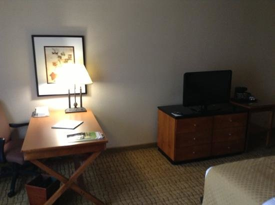 DoubleTree by Hilton Hotel Atlanta Airport: Desk, TV and coffeemaker