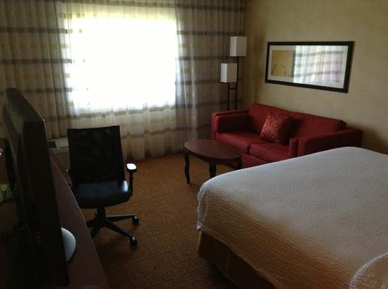 Courtyard Herndon Reston : King room, nice couch
