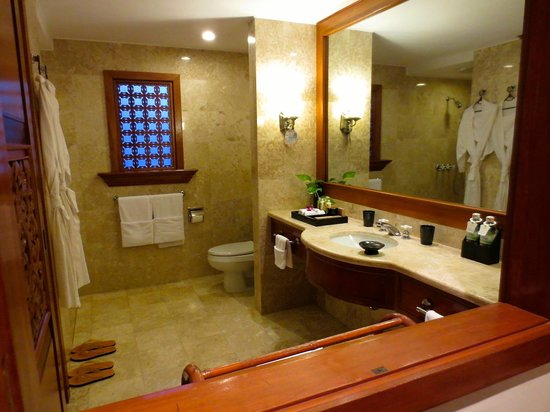 Furama Resort Danang: Spacious bathroom