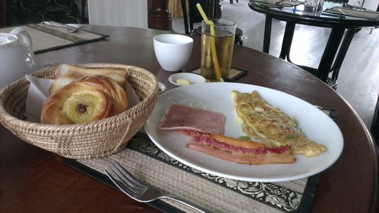 Khmer Cuisine Bed & Breakfast: American breakfast with coffee/tea and juice.