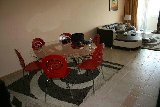 Sherwood Residence: Dining/Lounge