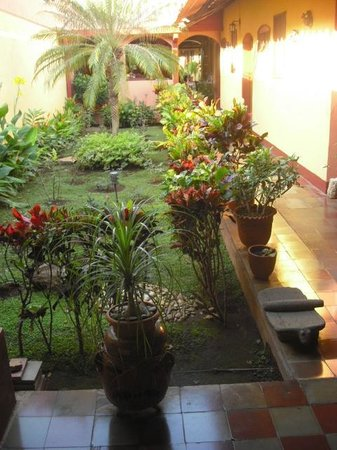 Casona Colonial Guesthouse : View of the courtyard & room entrances on the side