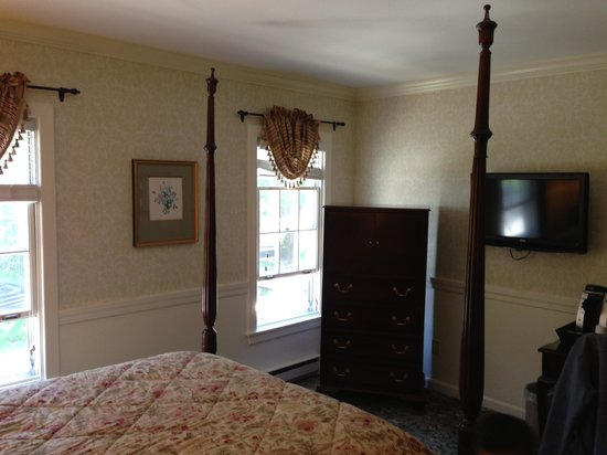 Kennebunkport Inn: Queen twin room tv