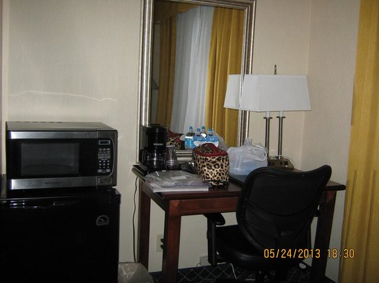 Baymont Inn & Suites Flagstaff: Table