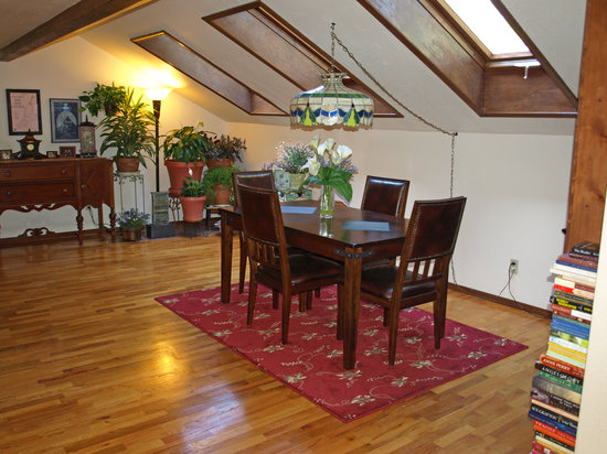 Whispering Pines Inn: Hardwood floors in the dining room