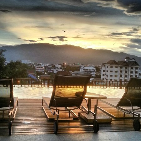 Le Meridien Chiang Mai: After view from pool on level 4 - Sunset over Doi Suthep