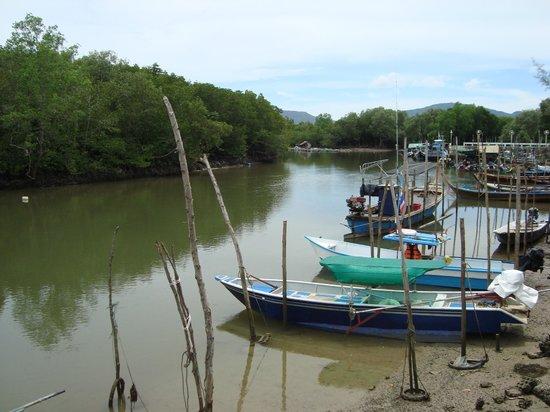 Sansuko Ville Bungalow Resort: River at local village