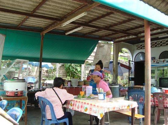 Sansuko Ville Bungalow Resort : Local restaurant