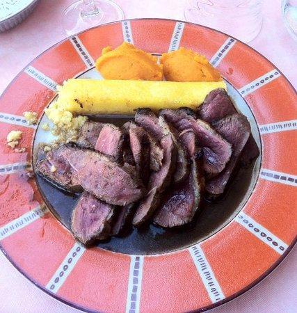 Le Gallifet : Plat du menu à 20€. Magret (ENTIER) en filet avec polenta. Excuses plat attaqué avant photo.
