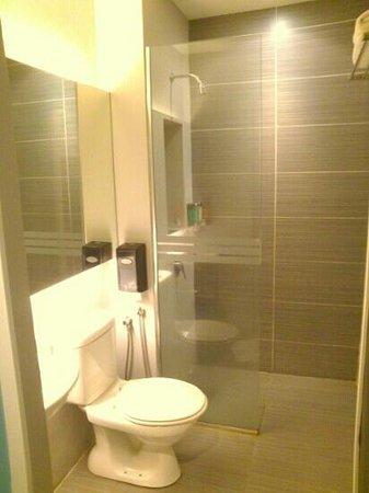 J Hotel: shower