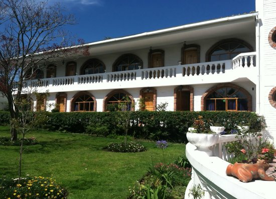 La Posada del Quinde: The view of the hotel from the courtyard