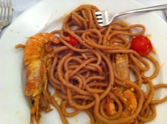 Bovida Music Restaurant: primo spaghetti ai frutti di bosco con scampi