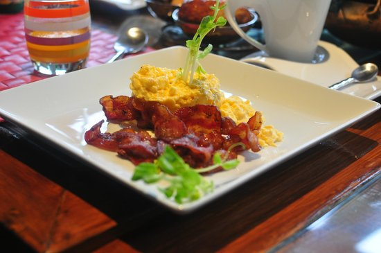 Baan Malinee Bed and Breakfast: Bacon and eggs with sprouts
