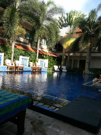 The Niche Bali: gorgeous pool and water temp with great swim up bar