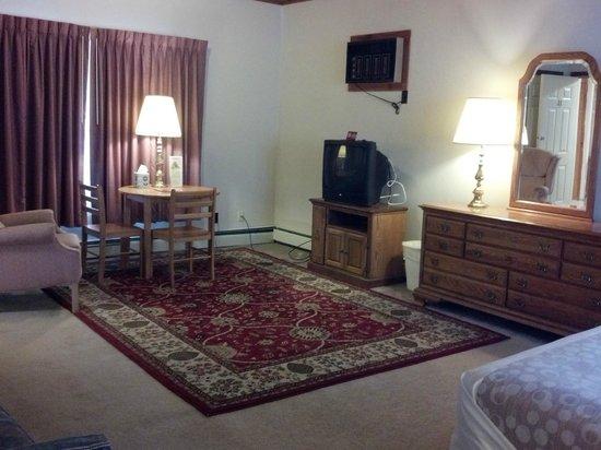Oswego Inn: Queen Suite - living room section