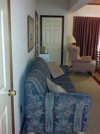 Oswego Inn: Queen Suite Sofa bed and Recliner