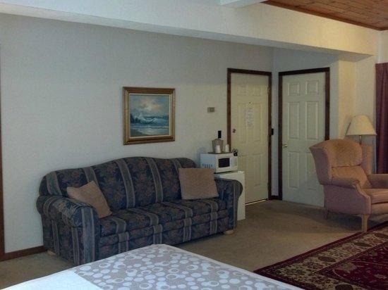 Oswego Inn: Queen Suite Sofa