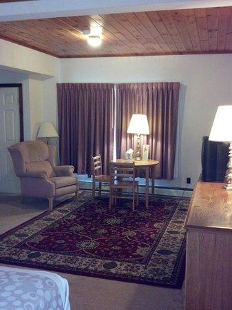 Oswego Inn: Queen Suite Living room section