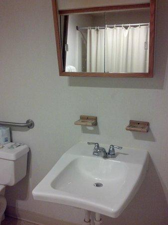 Oswego Inn: Queen Suite Bathroom