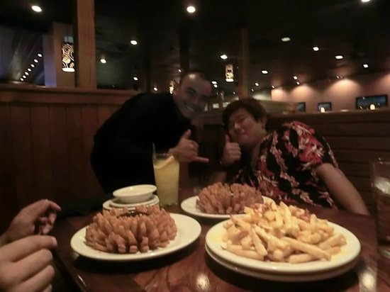 Outback Steakhouse: 陽気な店員さんと 玉ねぎのフライ&チーズポテト