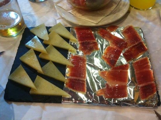 Taperia El Arenal: media de queso y jamón. 5€ y 9€ respectivamente. Jamón a 1,5€ la loncha.