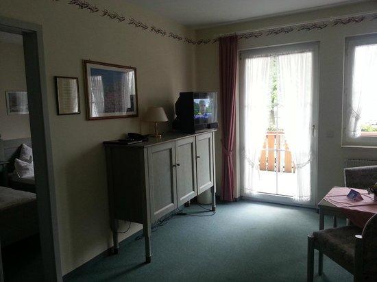 Hotel Garni Engel: Wohn- und Esszimmer im Apartment