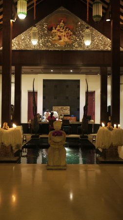 Renaissance Koh Samui Resort & Spa: Enchanting lobby/reception area, although quite warm in the afternoon