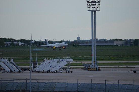 Ibis Paris Orly Aéroport : Vue sur l'aéroport depuis la chambre
