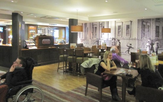 Premier Inn London County Hall Hotel: One of the many intimate eating areas