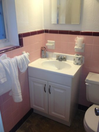 Ocean Court Motel: bathroom