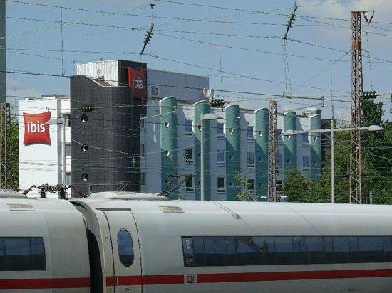 Ibis Essen Hauptbahnhof: Außenansicht vom Bahngelände her.