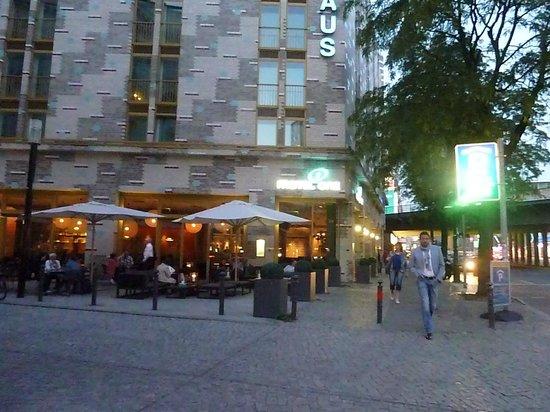 Motel One Berlin-Ku'damm: Hotel y su bar con mesas tambien en la vereda