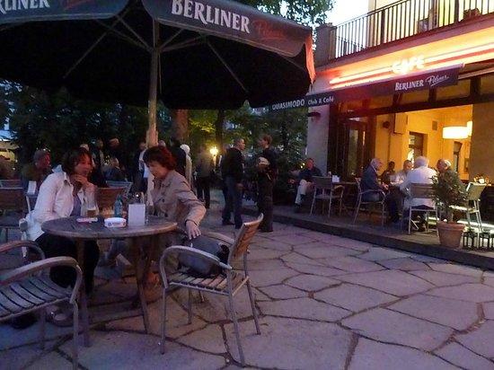 Motel One Berlin-Ku'damm: Restaurante a 50 mts del hotel, contiguo al teatro (Music Hall?)