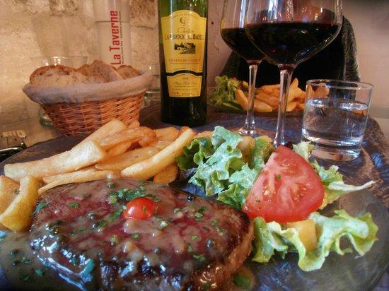 La Taverne: Steak, chips & salad accompanied by a Graves de Vayres