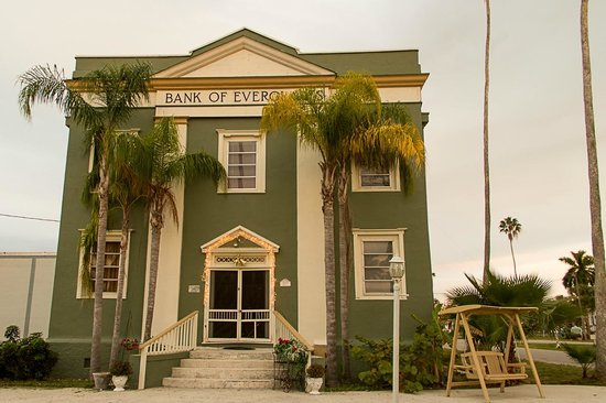 Everglades Historical Bed & Breakfast with Spa: Vista esterna con dondolo