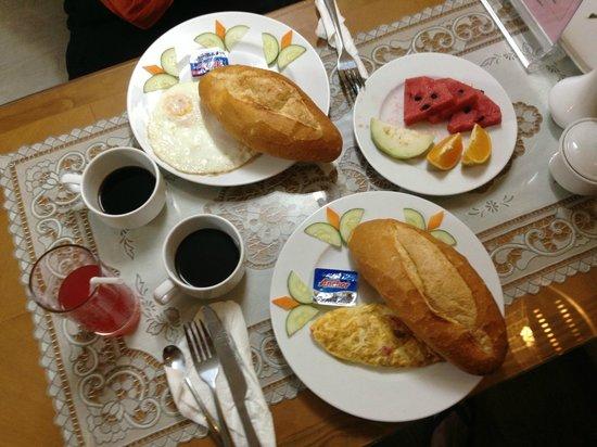 B&B Hanoi Hotel: Breakfast: eggs & baguettes