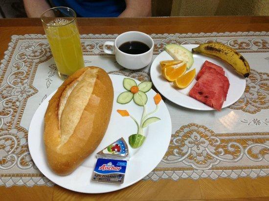B&B Hanoi Hotel: Breakfast: baguette with jam & cheese, fresh fruit