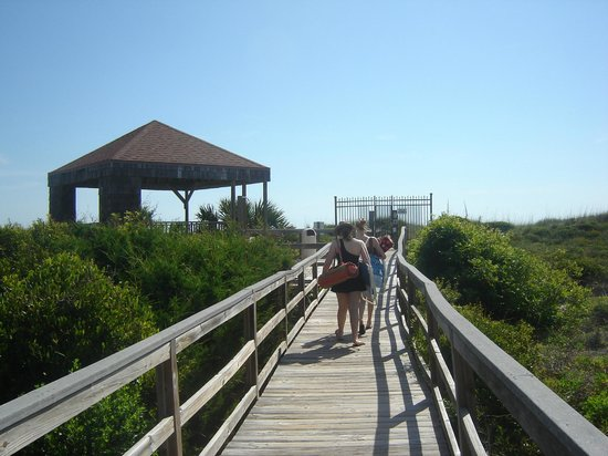 Hibiscus Oceanfront Resort: Private Boardwalk to the beach