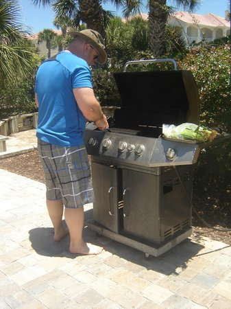 Hibiscus Oceanfront Resort: Grills by the pool
