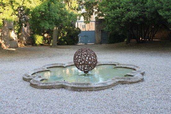 Château de Jonquières : Bassin dans la cour